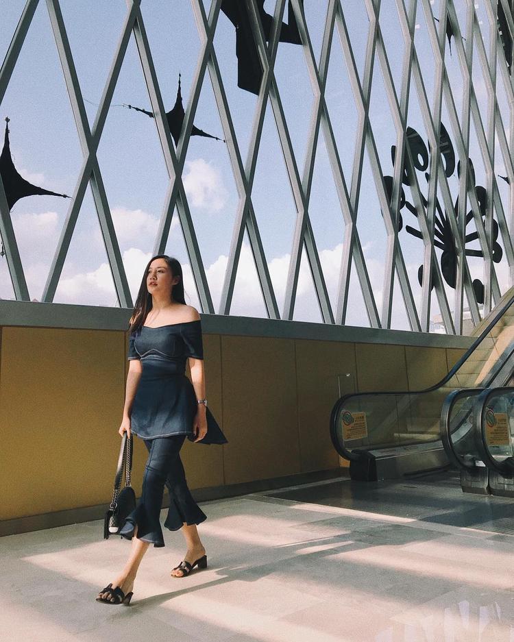Văn Mai Hương thời thượng cùng cả cây đồ chất liệu jeans, cùng phom quần ống loe đúng mốt 2018.