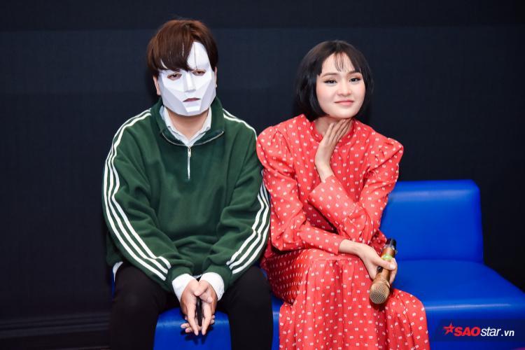 Người bạn RIN9 mang mặt nạ kín bưng để xuất hiện trong họp báo Hiền Hồ.
