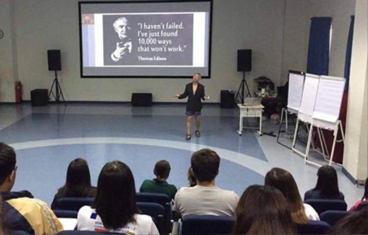 Ông Trương Nguyện Thành mặc quần đùi nói chuyện trước hàng trăm sinh viên. Ảnh VNE.