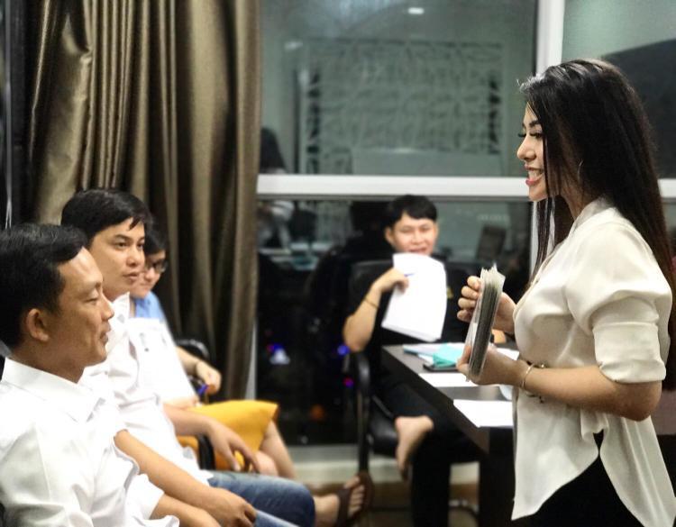 Cô giáo Việt từng được mệnh danh là gợi cảm và tài năng nhất mạng xã hội xuất hiện trên báo Thái Lan