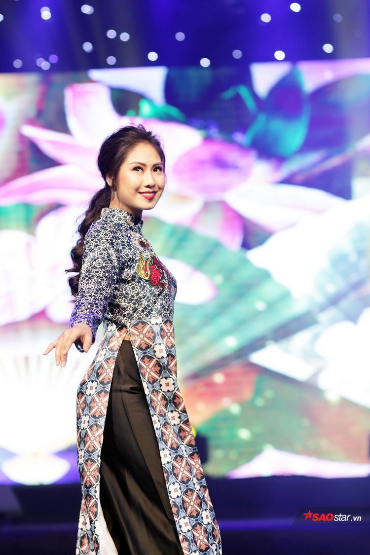 Đây cũng là lựa chọn ưa thích của Tân hoa khôi, bởi áo dài tôn lên sự đằm thắm, quyến rũ của người con gái Việt Nam mà vẫn không hề mất đi nét hiện đại