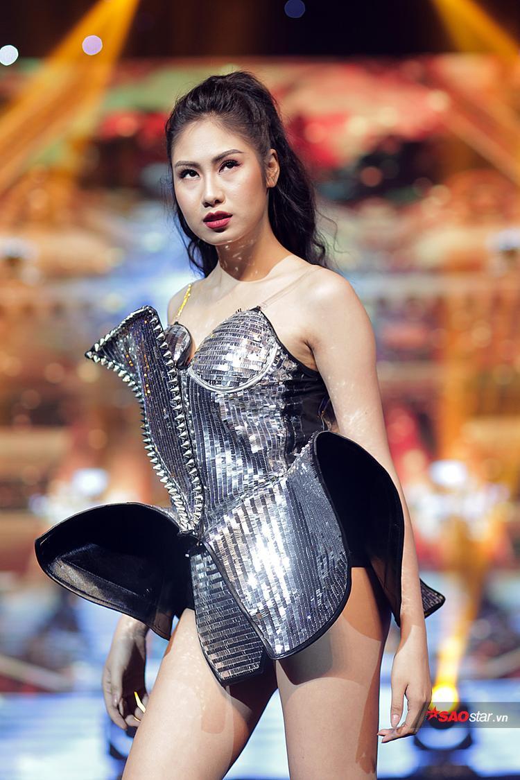 Trong phần thi Trang phục tự chọn, Kiều Anh cho thấy khả năng biến hóa của mình khi trình diễn bộ trang phục ánh kim, mang hơi hướng nữ chiến binh mạnh mẽ