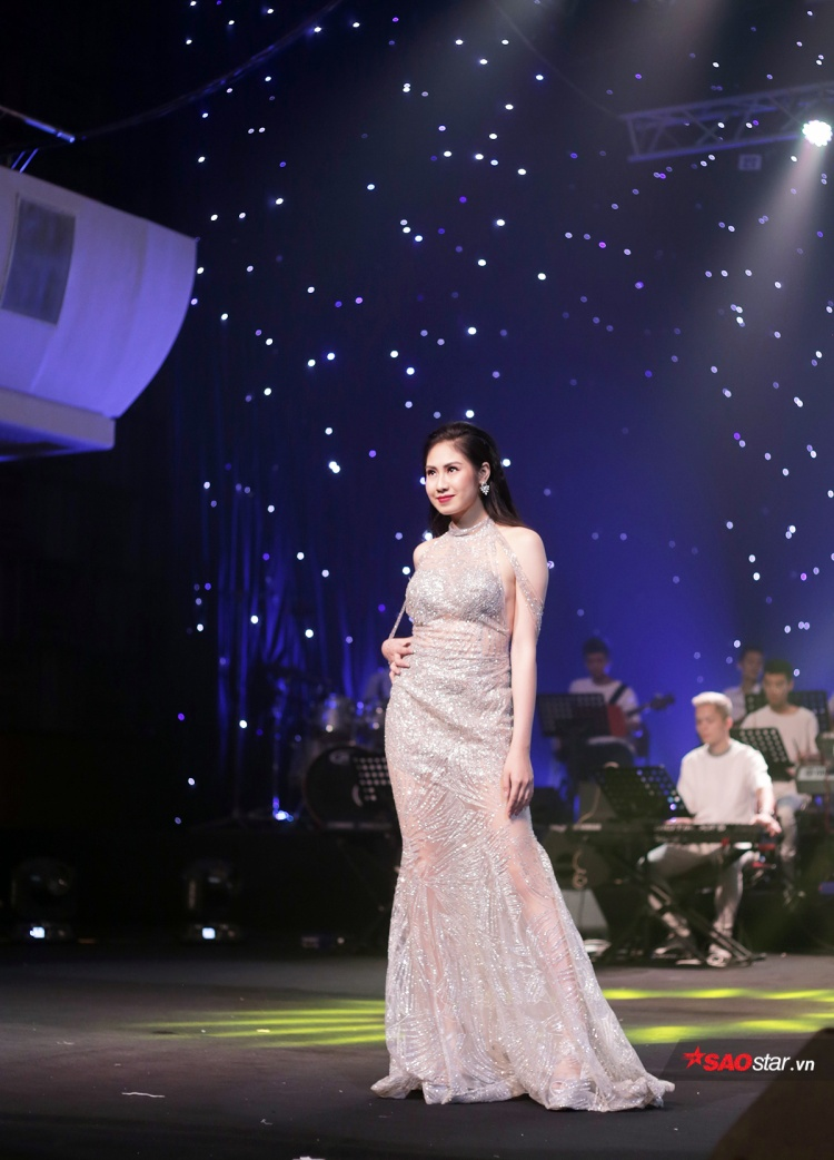 Kiều Anh cũng được trao giải thưởng Thí sinh mặc trang phục dạ hội đẹp nhất cho phần trình diễn xuất sắc của mình