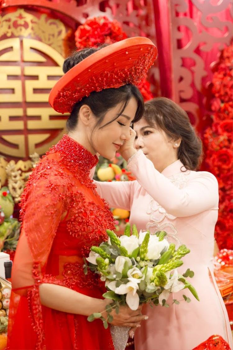 Dù cố gắng giấu nhưng Diệp Lâm Anh lộ rõ vòng hai bất thường trong hôn lễ