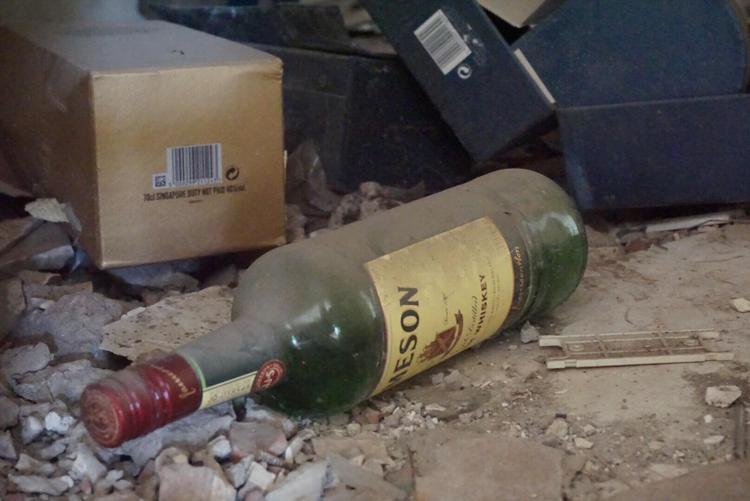Cận cảnh vẻ hoang lạnh, ngập ngụa rác thải trong chung cư 'đất vàng' giữa Hà Nội