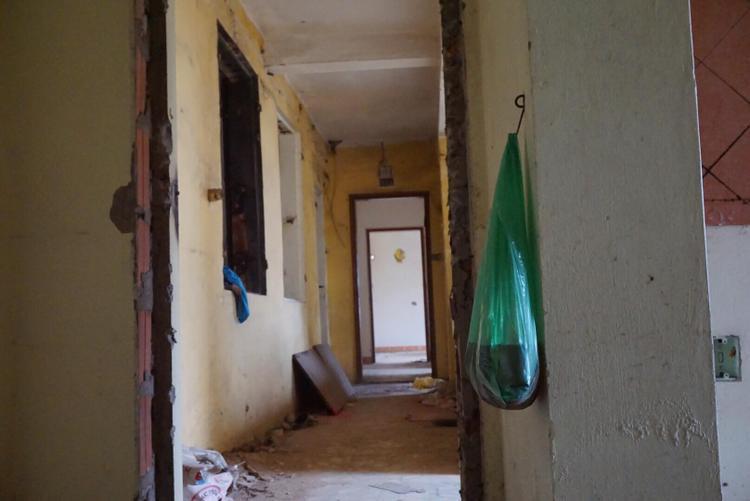 Những căn hộ thông nhau hun hút.Căn hộ nào cũng đều đổ nát như vừa trải qua chiến trận.