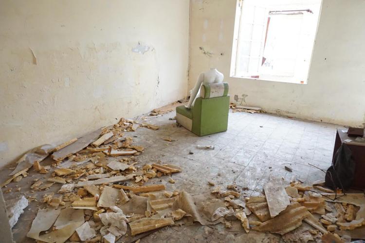 """Giữa căn nhà chung cư trống không một bóng người nhưng nếu ai trót """"lạc"""" vào đây sẽ không khỏi thót tim khi thấy hình ma-nơ-canh đặt giữa nhà ở trong một căn hộ ở tầng 2."""