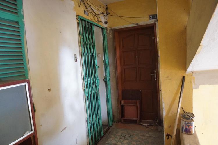 Các ki-ốt kinh doanh và toàn bộ dân cư sinh sống ở 5 tầng khu nhà L1 đều đã dọn đi từ lâu. Duy chỉ còn một căn hộ có cánh cửa màu xanh ở tầng 3 là có người sinh sống.