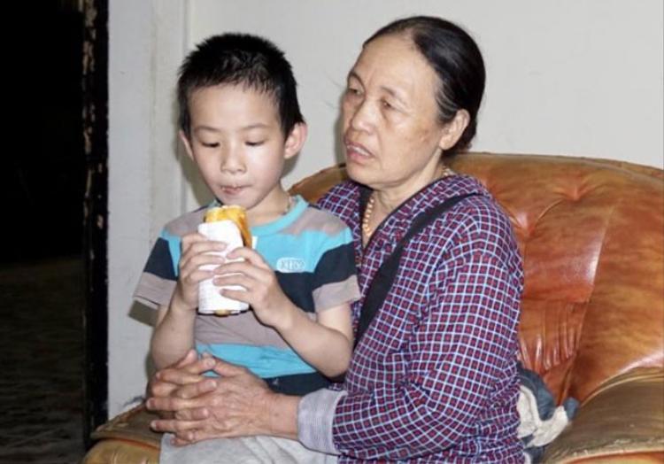 Niềm vui xen nỗi đau của bà Thịnh khi được gặp cháu nội.