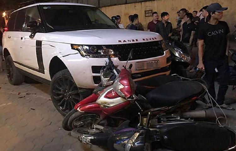 Sau khi trộm chiếc Range Rover, Linh gây ra một loạt tai nạn khác