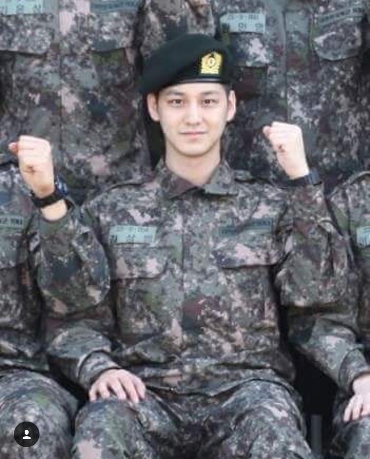 Bức hình trong quân đội hiếm hoi của Kim Bum được fan chia sẽ trên mạng.