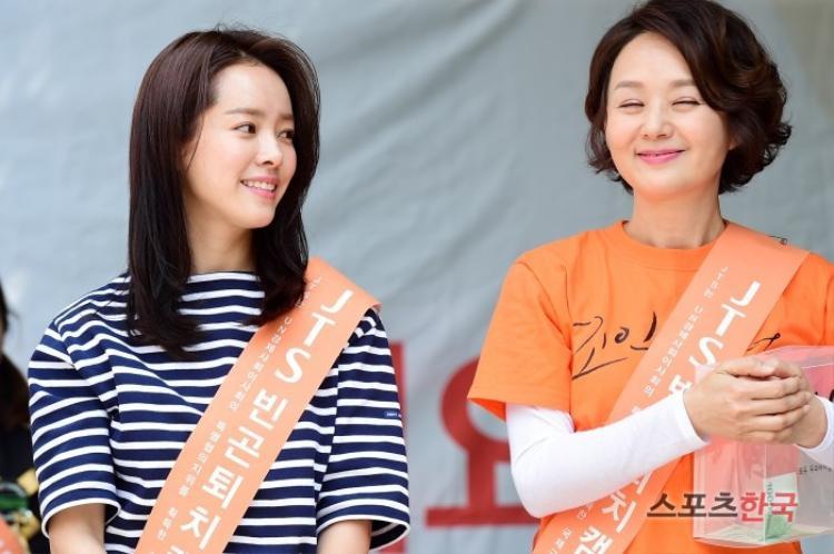 Han Ji Min và diễn viên gạo cội Bae Jong Ok.