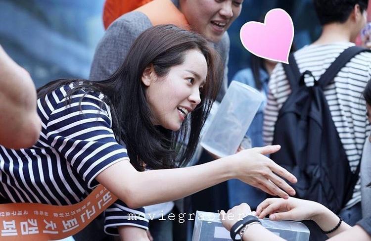 """Han Ji Min được xem là nữ diễn viên có """"lịch trình"""" đi từ thiện nhiều nhất Hàn Quốc cho đến thời điểm bây giờ. Đây không phải là lần đầu tiên cô bước chân xuống phố để đi khuyên góp."""
