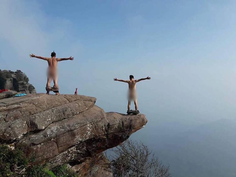 Một hình ảnh khác chụp cảnh hai chàng trai tạo dáng trên đỉnh Pha Luông (Mộc Châu, Sơn La) trong bộ dạng không mảnh vải che thân được đăng tải trên các diễn đàn mạng cũng đã khiến nhiều người phải giật mình.