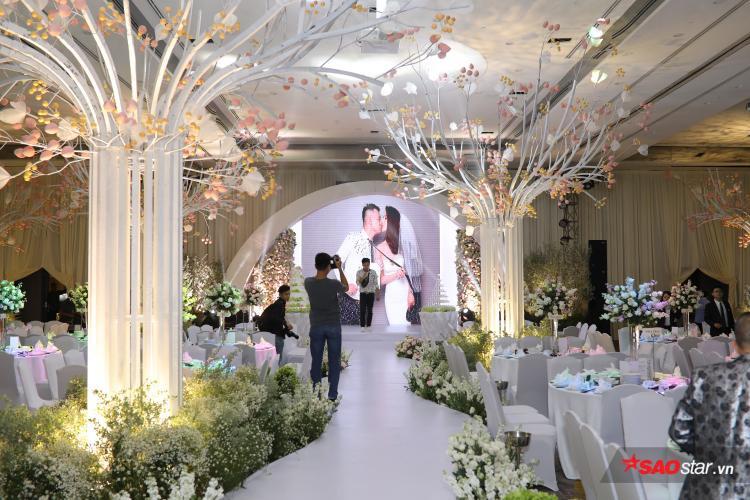 Diệp Lâm Anh ân cần chăm sóc ông xã thiếu gia tại tiệc cưới hoành tráng