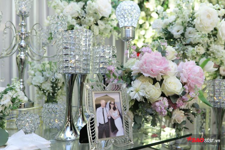 Hình cưới của cặp đôi được trưng bày ở sảnh.