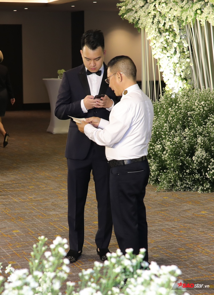 Chú rể Đức Phạm tất bật trước giờ diễn ra tiệc cưới.