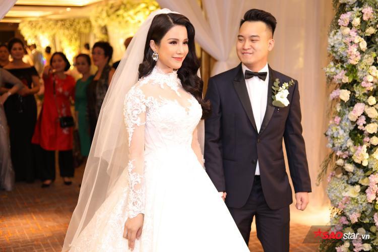 Chú rể Đức Phạm nhìn cô dâu Diệp Lâm Anh cười hạnh phúc.