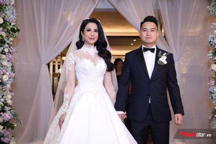 Diệp Lâm Anh và ông xã tay trong tay trong lễ cưới hoành tráng.