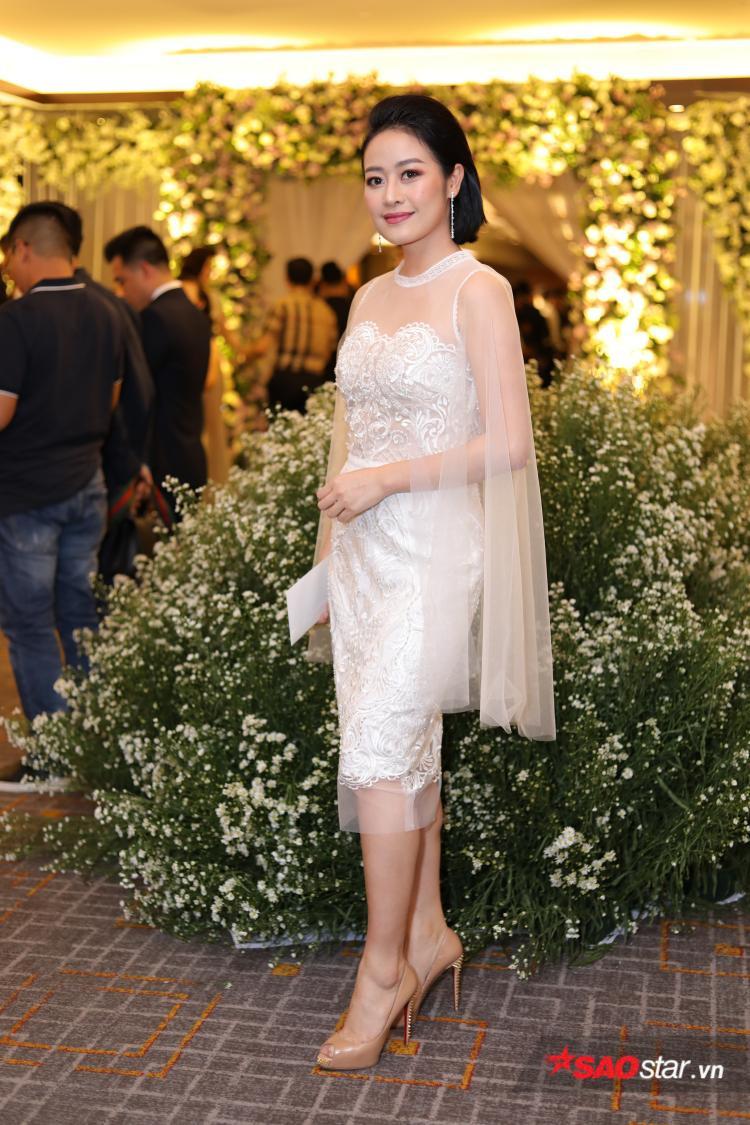 Phí Linh xinh đẹp trong trang phục đầm trắng.