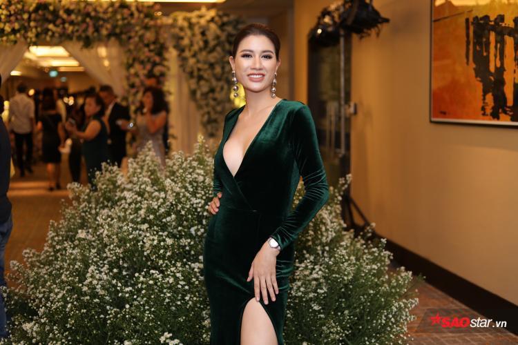 Trang Trần diện váy hoe vòng một hút mắt.