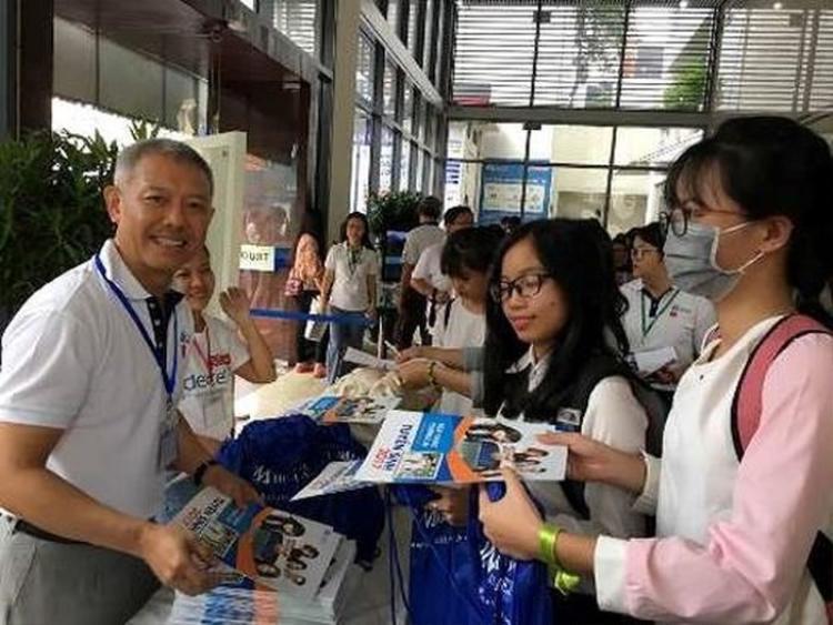 GS Trương Nguyện Thành trong một hoạt động của ĐH Hoa Sen. Ảnh Facebook