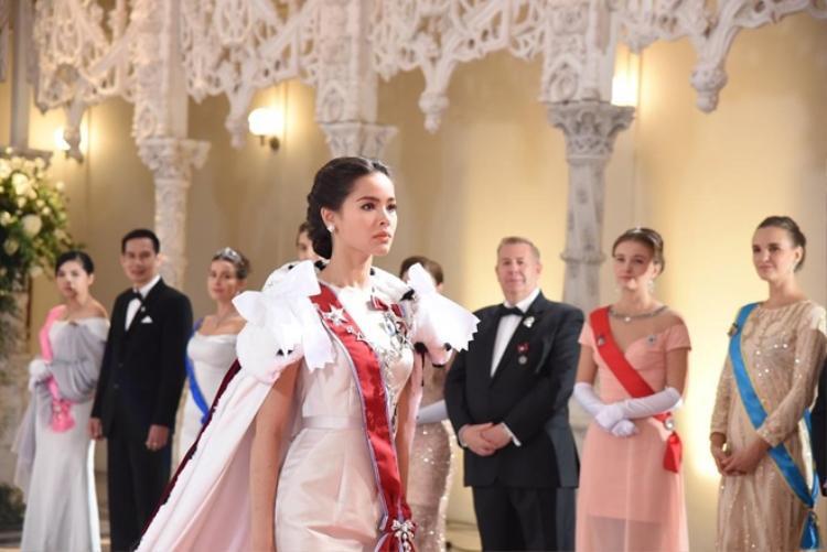Trang phục hoàng gia được đầu tư đến từng đường kim mũi chỉ.