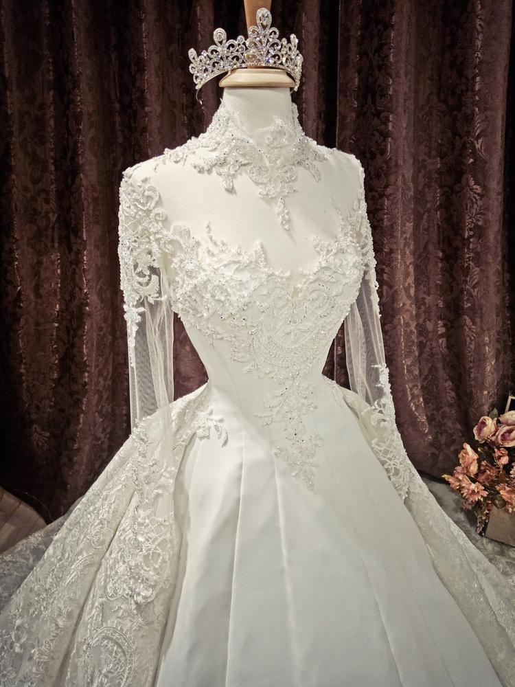 Thiết kế này phản ánh xu hướng mới của trang phục cưới năm 2018 khi kết hợp hai chất liệu hoàn toàn khác biệt với nhau.