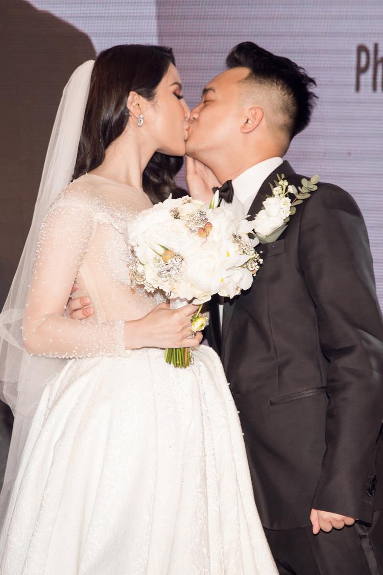 … và hôn nhau trước mặt các khách mời của buổi tiệc.