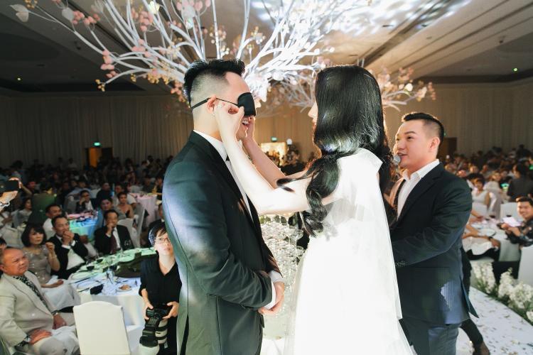 Không chỉ vợ chồng Diệp Lâm Anh, Cường Đô La cũng hôn Đàm Thu Trang tình cảm như thế này!