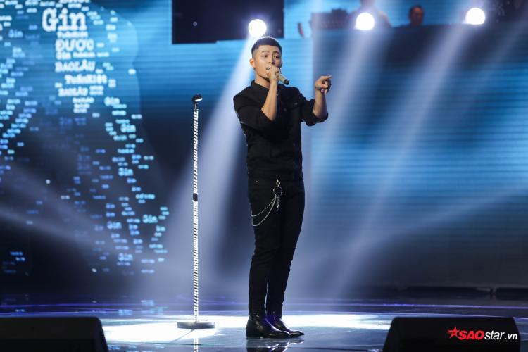 """Không chỉ hát, Gin Tuấn Kiệt còn """"khoe"""" khả năng đọc rap trên sân khấu khiến bài hát thêm sinh động."""