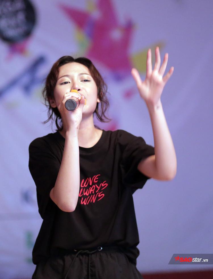 Mờ Naive bất ngờ trở lại sân khấu âm nhạc sau thời gian tập trung cho việc học.