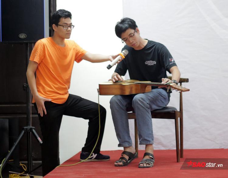 Tại đêm nhạc, các sinh viên Sư phạm có dịp khoe tài năng âm nhạc độc đáo của mình