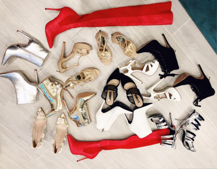 Cùng với đó, Bảo Thy còn sắm thêm 11 đôi giày cao gót, boots,… đến từ nhiều thương hiệu đắt đỏ khác. Ít nhất loạt giày này có giá không dưới 100 triệu đồng.