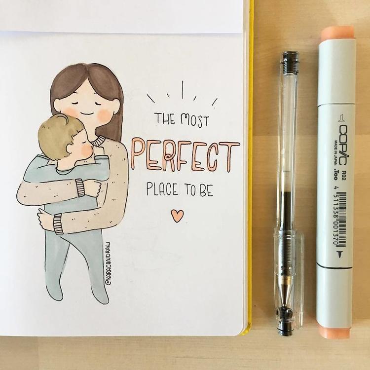 Mỗi đêm trước khi đi ngủ, mẹ sẽ ôm con như thế này, tận hưởng cảm giác yên bình nhất trong đời.