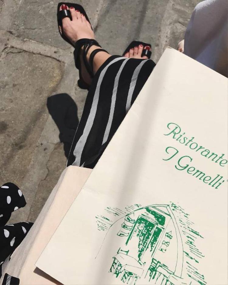 """Minh chứng rằng dù bị """"gắn mác"""" là những mẫu giày """"xấu xí"""", đơn điệu nhưng nó thật sự mang lại vẻ đẹp sang trọng, quý phái cho các nàng."""