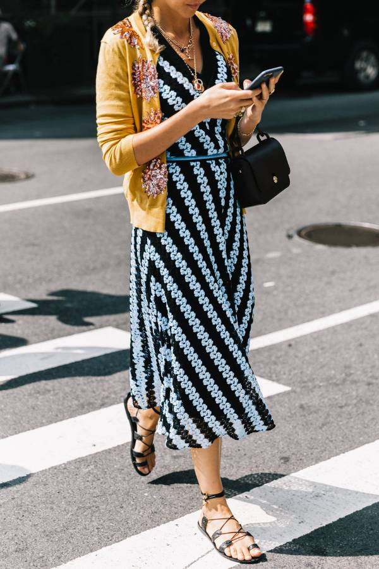 Một đôi sandal xỏ ngón đế bằng là lựa chọn hoàn hảo vào mùa hè (đặc biệt là khi bạn đang đi bộ trên đường phố) .