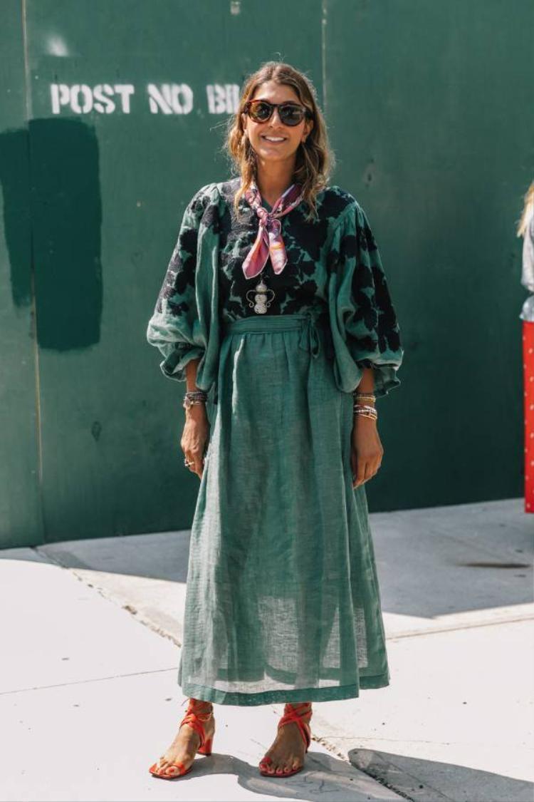 Tối giản nhất, chiếc váy họa tiết phối kèm đôi giày xỏ ngón bắt mắt trông bạn giống một quý cô sang chảnh, cá tính.