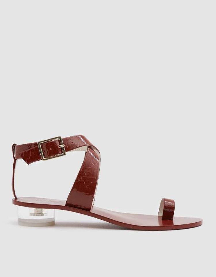 Một xu hướng rất được các tín đồ giày săn đón là kiểu dáng không dây mang đến sự thoải mái tuyệt đối mà lại rất thời thượng.