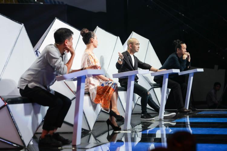 Các HLV đều bày tỏ sự xúc động khi nghe Hoàng Duy cất tiếng hát. Riêng HLV Lê Minh Sơn ứa nước mắt với màn trình diễn của học trò.
