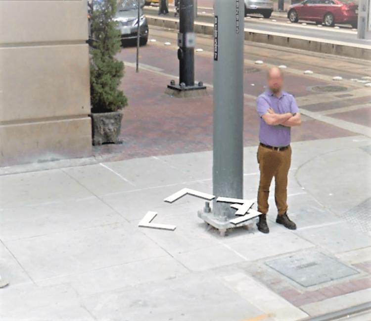 Nhiều người cho rằng anh chàng đang sống ở Hoston này đã… tè ra quần và không may bị camera của Google ghi lại. Tuy nhiên, không rõ thực hư trong câu chuyện này là gì.