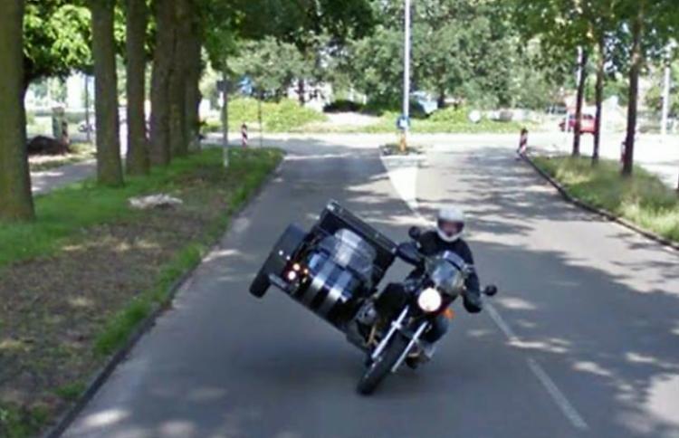 """Chiếc xe Google Street View đã """"chộp"""" được khoảnh khắc trước khi chiếc xe này đổ cái rầm."""