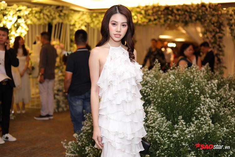 Joilie Nguyễn cũng xinh đẹp không hề kém cạnh những người bạn của mình với tông trang điểm hồng đào trẻ trung.