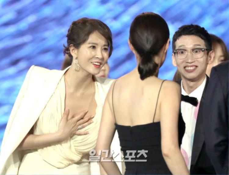 Kim Sun Ah phải lấy tay che vòng một khi cúi đầu chào đồng nghiệp Moon So Ri và Bong Tae Gyu.