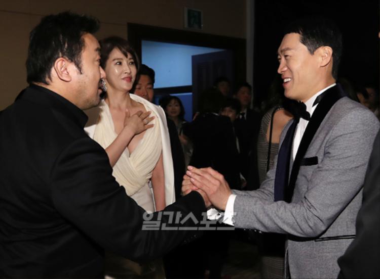 """Và """"chịu khó"""" che phần nhạy cảm khi nói chuyện với nam diễn viên """"Train To Busan"""" và Sol Kyung Gu."""