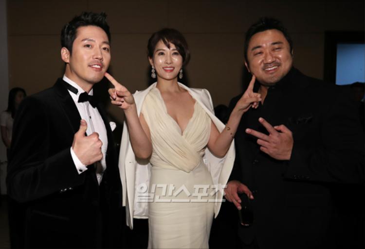 Tuy có hở nhưng nhiều cư dân mạng vẫn nhiệt tình khen Kim Sun Ah đẹp và quyến rũ khi khoe đường cong cơ thể.