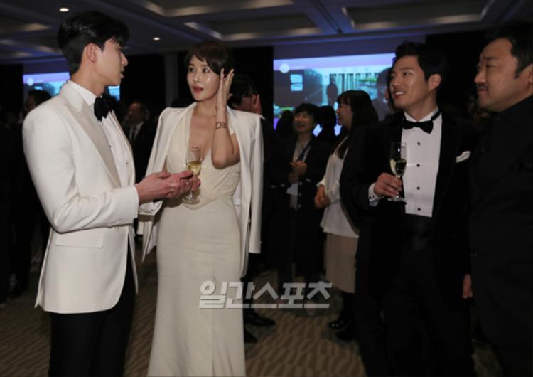 Cả 4 diễn viên gồm Park Seo Joon, Kim Sun Ah, Jang Hyuk, Ma Dong Seok chăm chú trò chuyện.