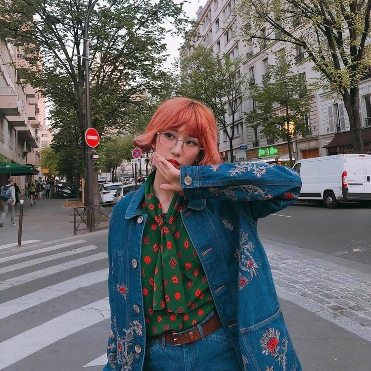Trang điểm kĩ càng, nhìn Min xinh xắn và nổi bật như một nàng búp bê trên phố.