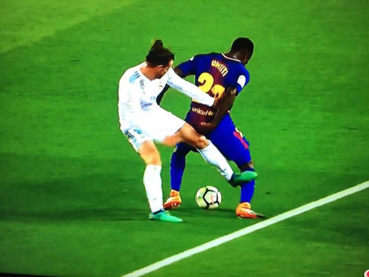 Trọng tài Alejandro Hernandez bỏ qua lỗi thô bạo của Gareth Bale.