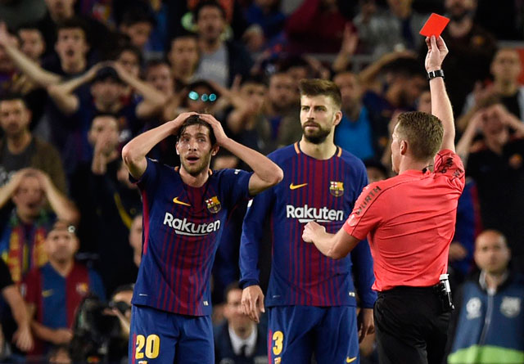 trọng tài Alejandro Hernandez rút thẻ đỏ trực tiếp truất quyền thi đấu với Sergi Roberto sau một pha bóng gây tranh cãi.